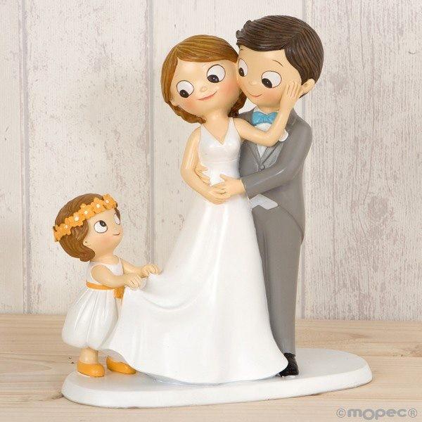 Detalle boda figura tarta pastel novios con su niña