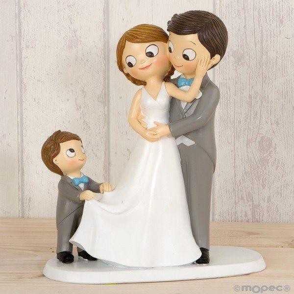 Detalle boda figura tarta pastel novios con su niño