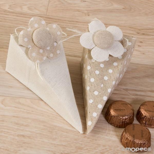 Detalle de Boda caja piramide con flor y bombones