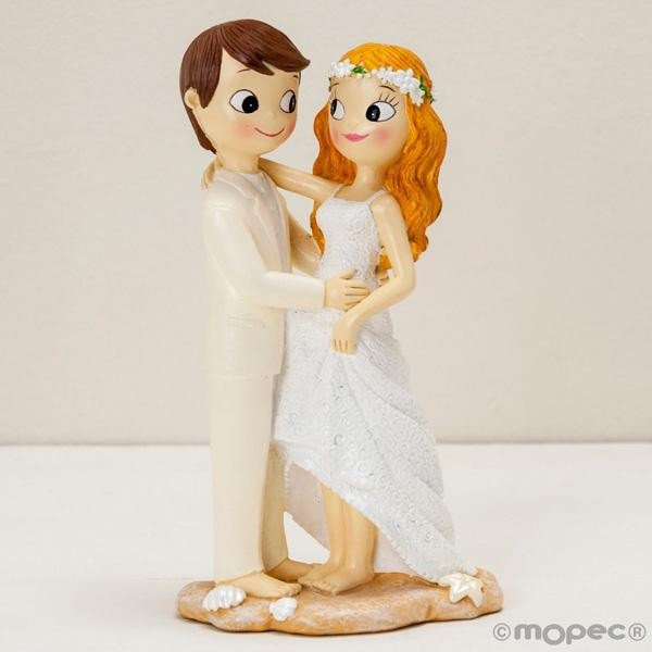 Detalle boda figura tarta novios descalzos