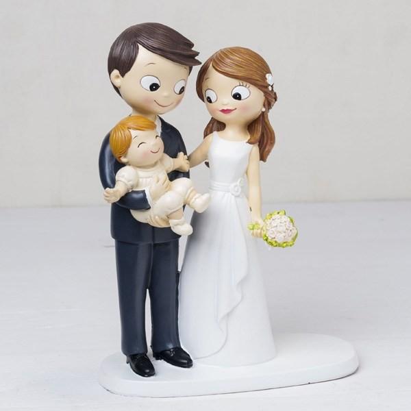 Detalle boda figura tarta novios con bebé