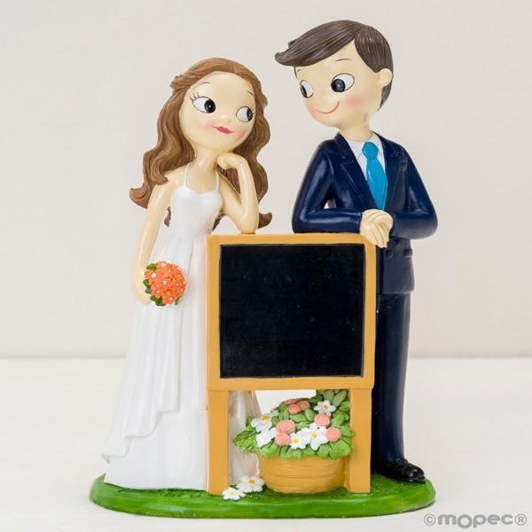Detalle boda figura tarta novios pizarra