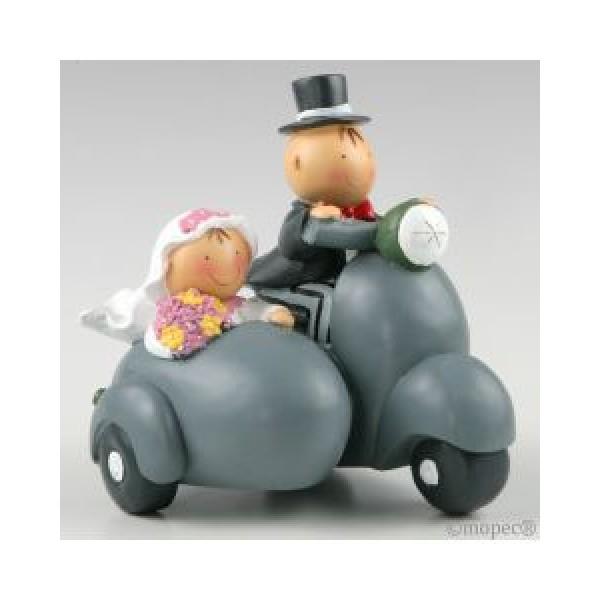 Detalle boda figura tarta novios en sidecar