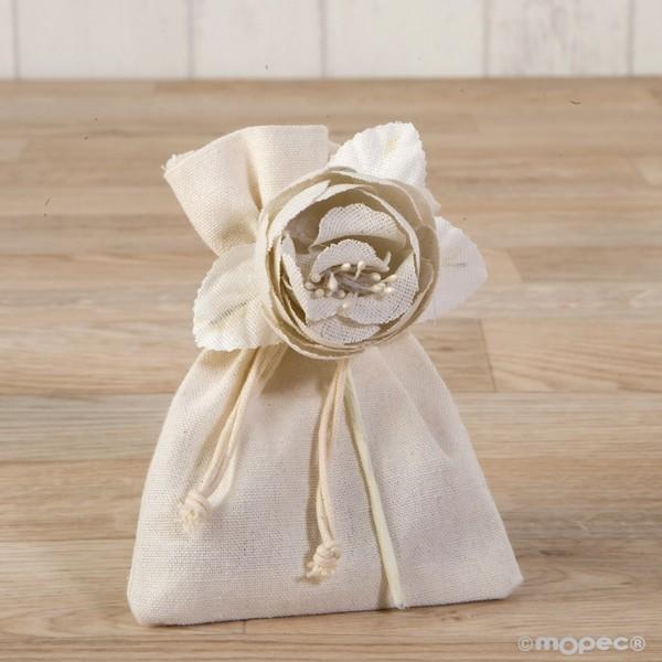 Detalle de boda flor algodon marfil con tres bombones