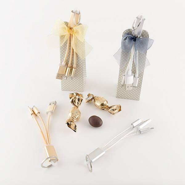 Detalle de boda llavero cargador en cajita con tres caramelos de chocolate