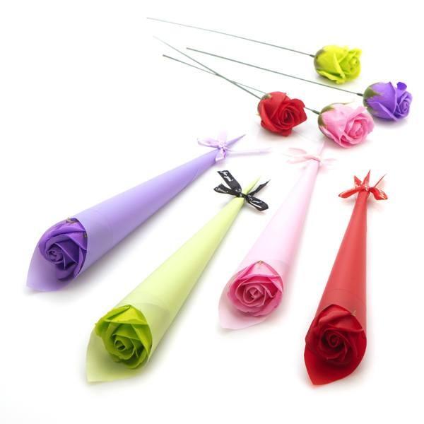 Detalle boda mujer cono regalo con flor