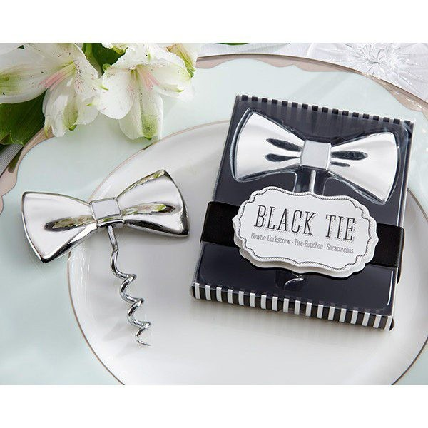 Detalle de boda abrebotellas pajarita