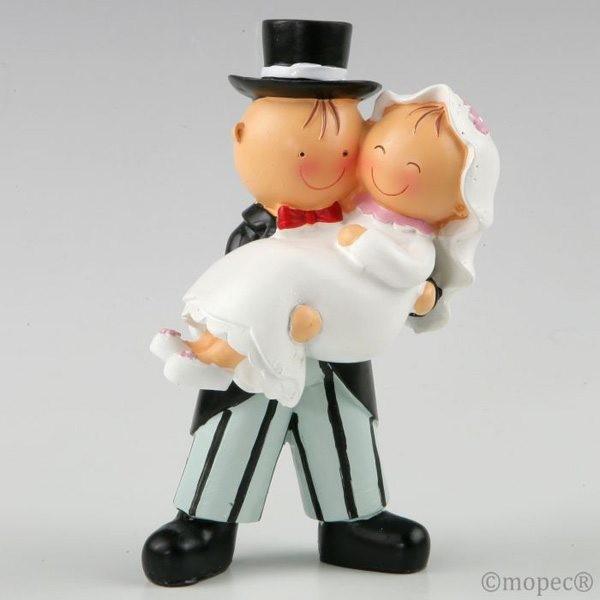 Detalle boda figura tarta novia en brazos