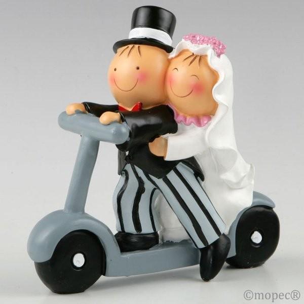 Detalle boda figura tarta novios en patinete