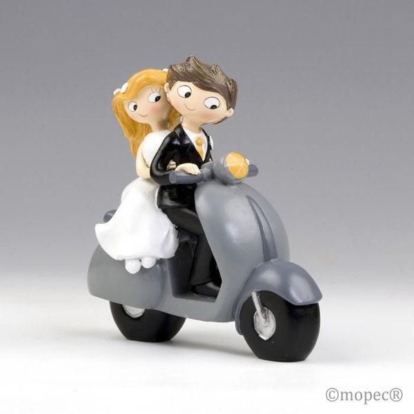Detalle boda figura tarta novios en scooter