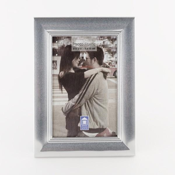 Detalle porta foto plateado marco clásico