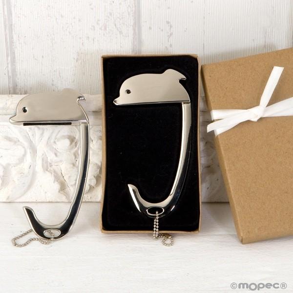 Detalle comunión cuelga bolsos delfín en caja decorada