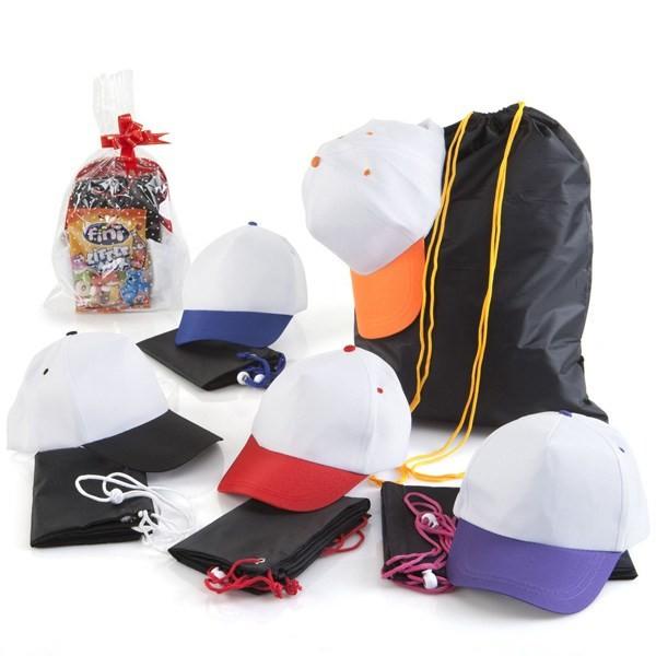 Detalle de niño mochila con gorra